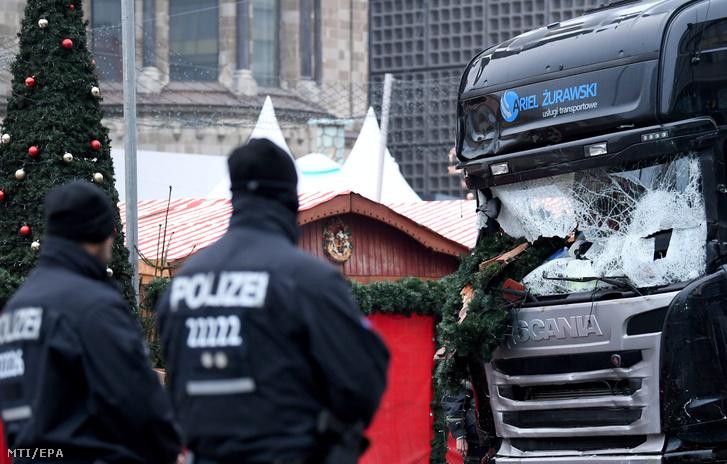 Rendőrök a berlini gázolásos merénylethez használt lengyel rendszámú lopott kamion roncsánál 2016. december 20-án.