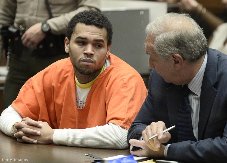Így mutatott Chris Brown narancs börtönruhában 2014-ben