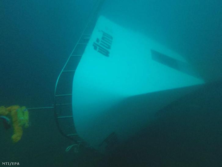 2018. július 6-án készült felvétel a Phuket szigeténél 105 emberrel a fedélzetén előzõőnap felborult turistahajóról a mélyben.
