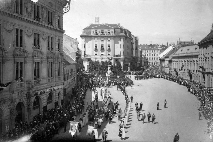 A Dísz tér északi oldala, 1927. Az egyemeletes fogadó helyére itt már egy hatalmas monstrumot húztak fel.