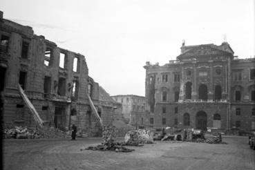 A Dísz tér déli oldala, 1949. Balra a Külügyminisztérium, jobbra a Honvéd Főparancsnokság