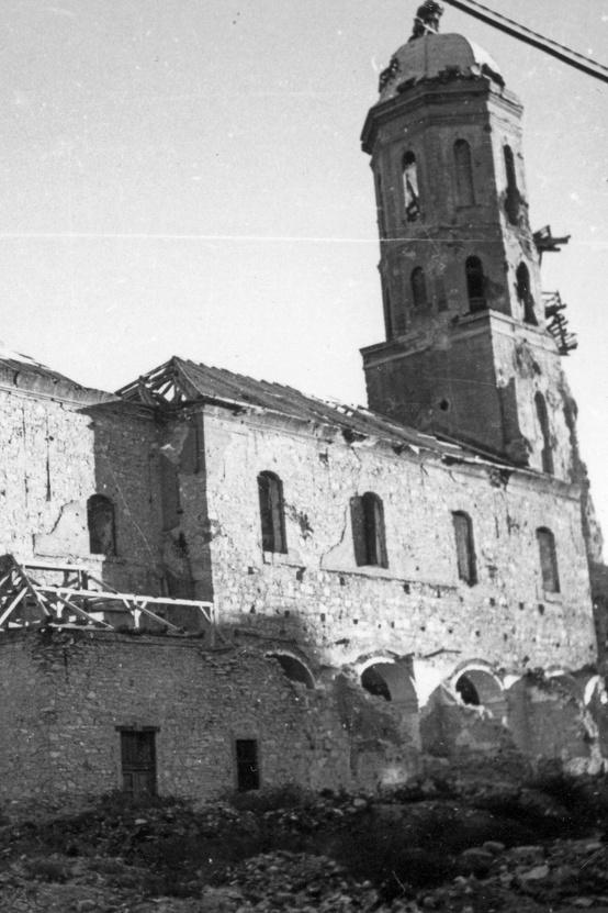 A Kapisztrán téri Mária Magdolna-templom, 1945-ben. Az épület jelentős része, láthatóan túlélte az ostromot. Balra az Országház utca