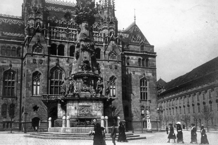 Szentháromság tér, Szentháromság-szobor, mögötte a Pénzügyminisztérium. 1914