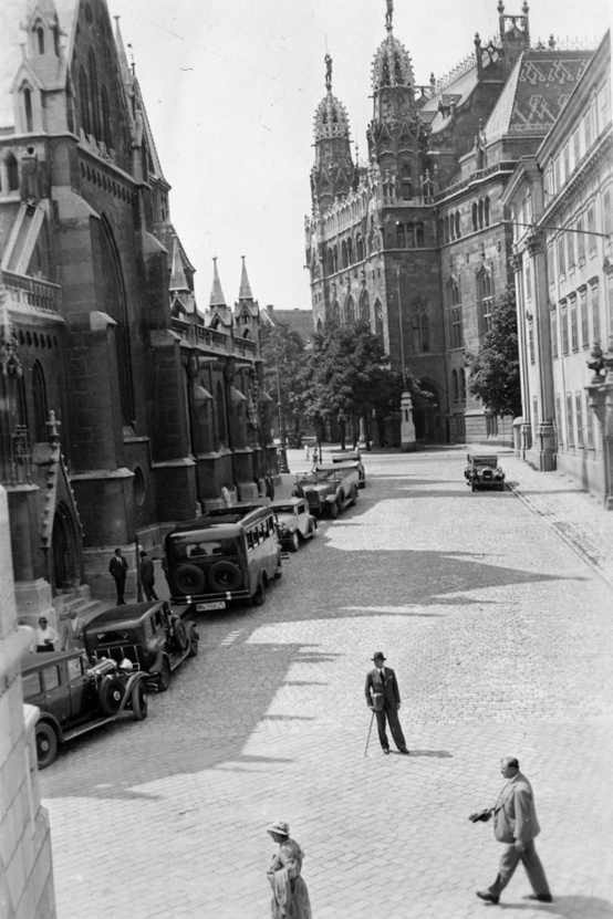 Szentháromság tér a Halászbástyáról nézve, balra a Mátyás-templom, jobbra a Pénzügyminisztérium két épülete (a jobbszélső az egykori Jezsuita Akadémia, ma Hilton szálló van a helyén). 1932