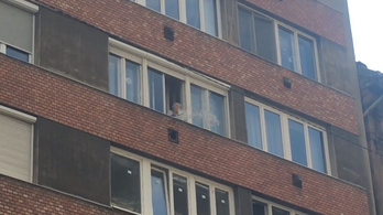 Egy néni ablakból locsolta le a Pride felvonulóit