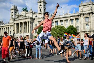 Végül az egyik szervező, egy transznemű aktivista követelt házassághoz és gyermekvállaláshoz való jogot, majd békésen szélnek eresztettek mindenkit a napsütésesen forró, a politikai klíma ellenére is elég laza 2018-as Pride-ról.