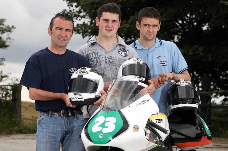 A Dunlop-család három tagja, Robert (balra) és két fia. Michael középen, William jobbra