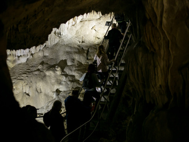 Rabul ejt ez a középső triászi sötétszürke gutensteini típusú mészkő