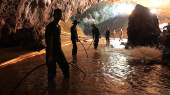 Megkezdődött a barlangban rekedt thai gyerekek kimentése, 2 gyerek már kint