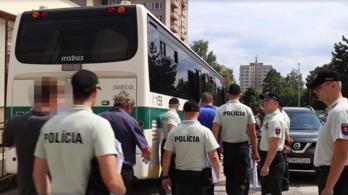 Busszal mentek a rendőrök, annyi embert vettek őrizetbe futballkorrupció miatt Szlovákiában