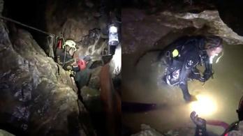 Négy gyereket mentettek ki a thaiföldi barlangból