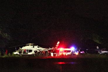Magyar idő szerint délután 4-ig négy gyereket sikerült kihozni a barlangból, az őket szállító helikopter látható ezen a fotón, a közeli katonai repülőtér leszállóhelyén.
