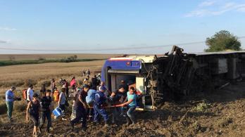 Legalább tíz ember meghalt egy török vonatbalesetben
