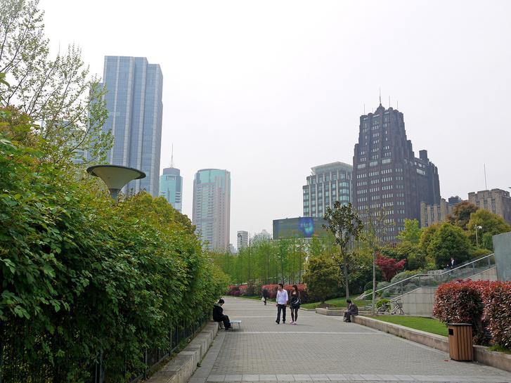 Hugyecz László art decós felhőkarcolója (jobbra) és későbbi követői Sanghajban