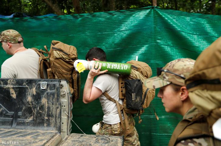 Amerikai katonák segítenek a mentésben a Tham Luang barlangnál