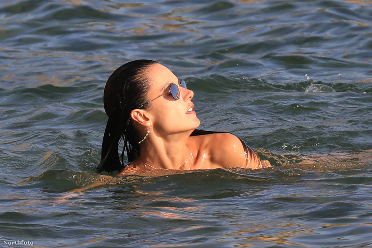közben meg simán lehetne amúgy bárki, aki itt vízben úszkál éppen, nem?