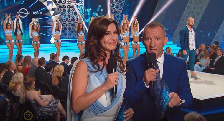 Majd miután véget ért a szám, feltartott kezekkel várták végig, hogy a műsorvezetők rendesen kijópofáskodják magukat
