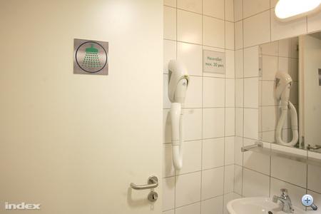 Hajszárítóval felszerelt zuhanyzók.