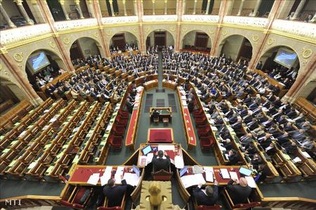 A készülő alaptörvény parlamenti vitájától eddig távol maradó MSZP és LMP üres széksorai az Országgyűlés plenáris ülésén