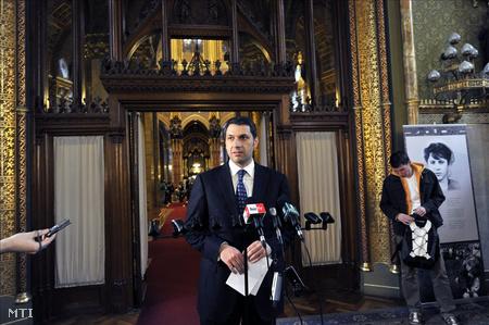 Lázár János sajtótájékoztatót tart a Parlamentben a kormánypárti alkotmányjavaslathoz benyújtott több mint 150 módosító javaslatról szóló, az Országgyűlés plenáris ülésén tartott szavazásról