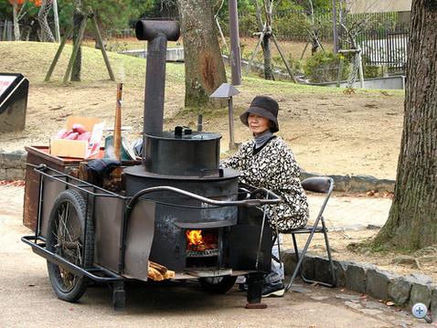 A néni négyszáz éve ugyanebből a kézikocsiból árulja a yakimót. Bambuszrúdon repülni is tud, a múltkor lehagyta Harry Pottert