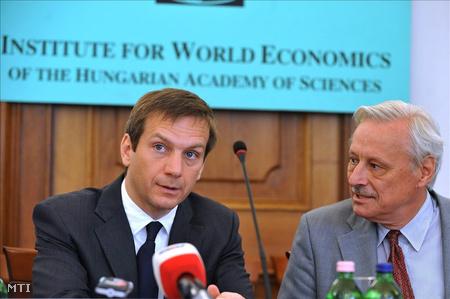 Bajnai és Inotai András, a Magyar Tudományos Akadémia Világgazdasági Kutatóintézete igazgatója beszélget a konferencián (MTI Fotó: Kovács Tamás)