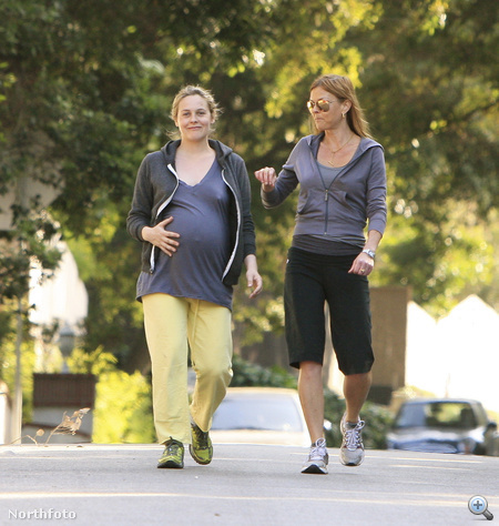 Alicia Silverstone barátnőjével sétál.