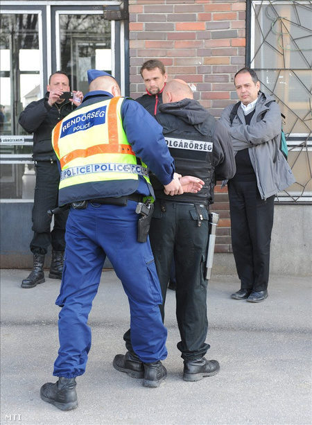 Rendőrök igazoltatják és motozzák a Szebb Jövőért Polgárőr Egyesület Hajdúhadházán járőröző tagjait. (Fotó: Oláh Tibor)