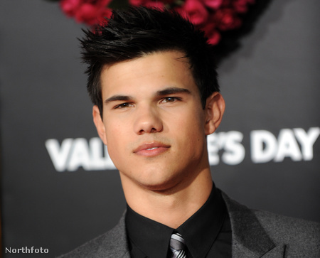 "Actor Taylor Lautner arrives at the ""Valentine's Day"" Los Angeles Premiere at the Grauman's Chinese Theatre in Hollywood, California on February 8, 2010.  AFP PHOTO / GABRIEL BOUYS"
