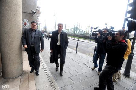 Szilvásy György volt titokminiszter érkezik a Budapest Nyomozó Ügyészségre