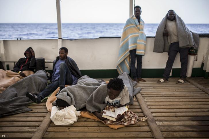 Menekültek a Proactiva Open Arms spanyol nem kormányzati szervezet Open Arms hajóján