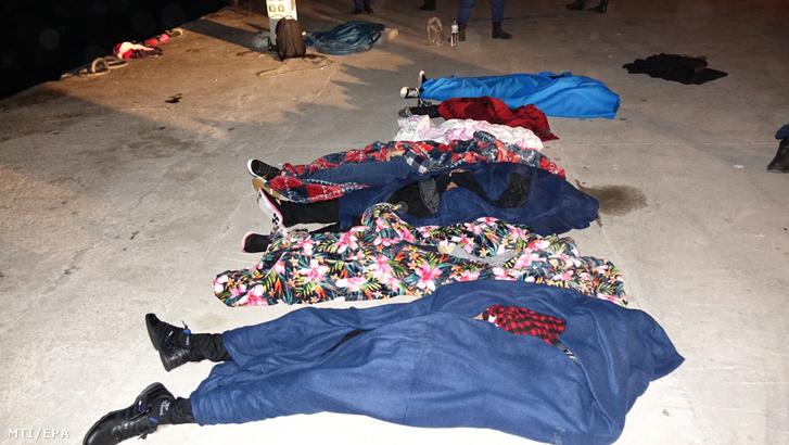Vízbe fulladt bevándorlók letakart holtteste a nyugat-törökországi Canakkale tartományban 2018. május 15-én.