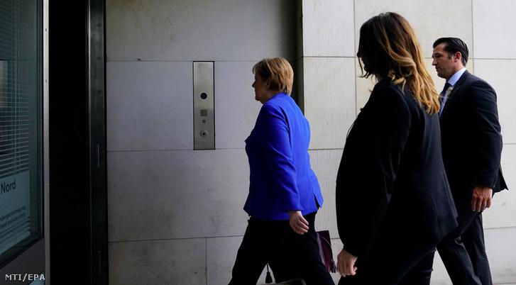Angela Merkel német kancellár a Kereszténydemokrata Unió a CDU elnöke (b) a bajor Keresztényszociális Unióval (CSU) közös frakcióülés után a szövetségi parlamentbe érkezik Berlinben 2018. július 2-án.