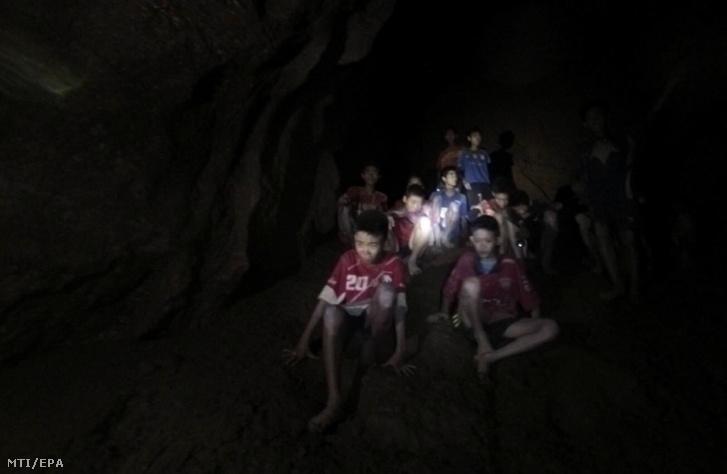 A thaiföldi hadsereg által közreadott képen a fiúk és edzőjük a Tham Luang-barlangban 2018. július 2-án, miután a mentők megtalálták a kilenc napja eltűnt ifjúsági labdarúgócsapatot az észak-thaiföldi Csiangraj tartományban fekvő Maeszaiban.