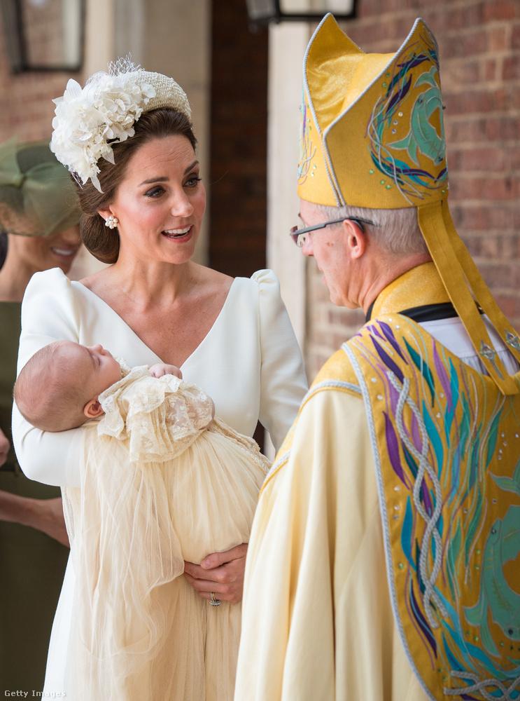Ha furcsállná a herceg habosbabos csipkeruháját, ne tegye, ugyanis Viktória hercegnő keresztelője óta ebben a ruhában kereszteltek meg mindenkit a brit királyi családban