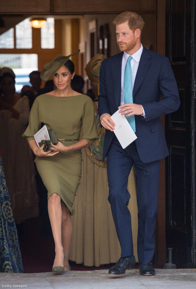 És persze Meghan hercegné és újdonsült férje, Harry herceg, aki állítólag 8000 fontot, vagyis úgy három millió forintot költött arra, hogy megvegye Lajosnak a Micimackó cimű könyv eredeti, 1926-os kiadását.