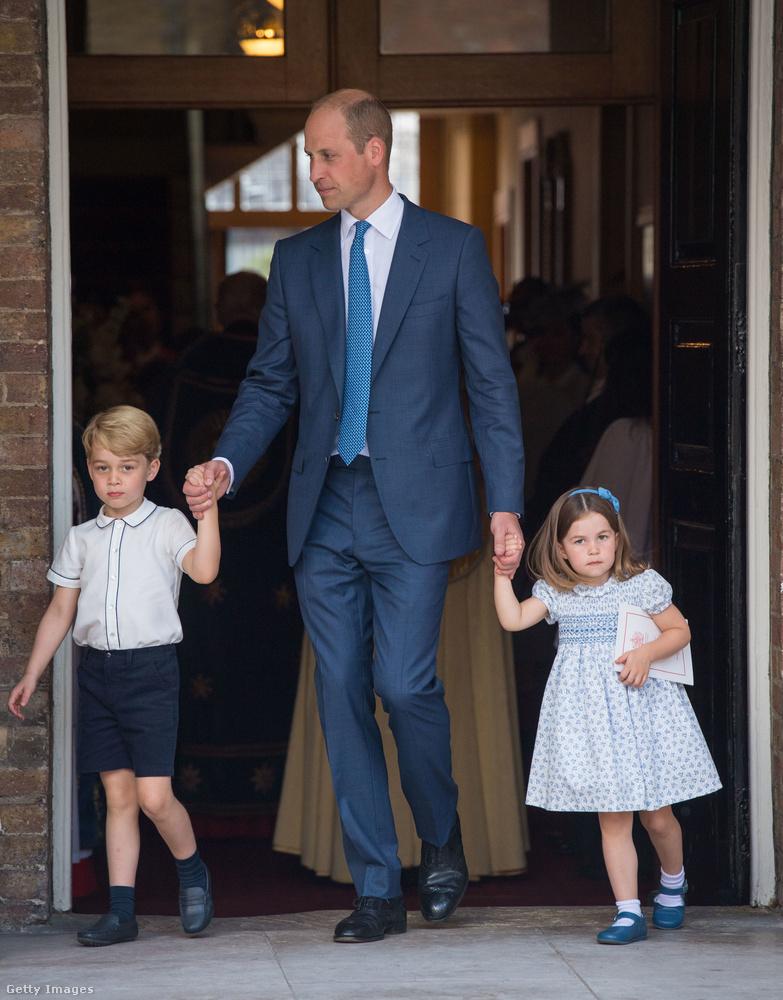 György herceg és Sarolta hercegnő apjuk, Vilmos herceg kezét fogva távoztak az eseményről,