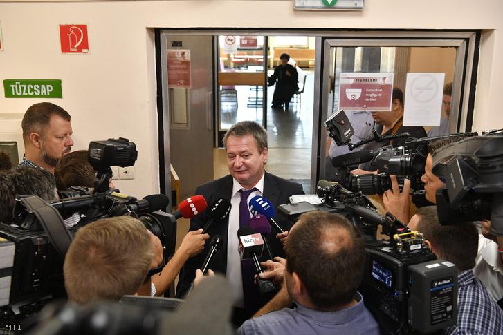 Az Európai Unió (EU) intézményei elleni kémkedéssel, valamint költségvetési csalással, hamis magánokirat felhasználásával vádolt Kovács Béla európai parlamenti képviselő, volt jobbikos politikus újságíróknak nyilatkozik az ellene és költségvetési csalás miatt megvádolt három társa ellen indult büntetőper tárgyalása előtt a Budapest Környéki Törvényszéken 2018. július 10-én.