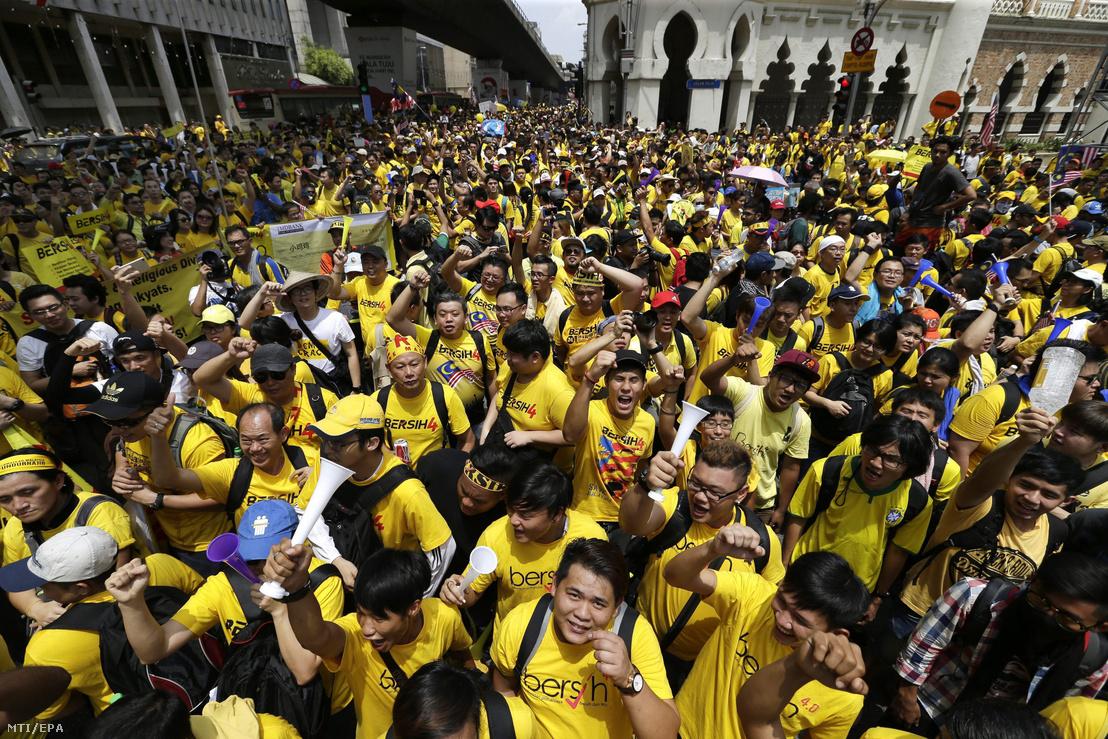 Több ezer malajziai tüntető követeli a sikkasztási botrányba keveredett Najib Razak miniszterelnök lemondását Kuala Lumpurban 2015. augusztus 29-én. A hatóságok nem engedélyezték a megmozdulást, blokkolták a szervezők weboldalát és megtiltották a sárga szín viselését, amely a tüntetést szervező, átlátható és tisztességes választásokat követelő Bersih (tiszta) mozgalom jelképe.