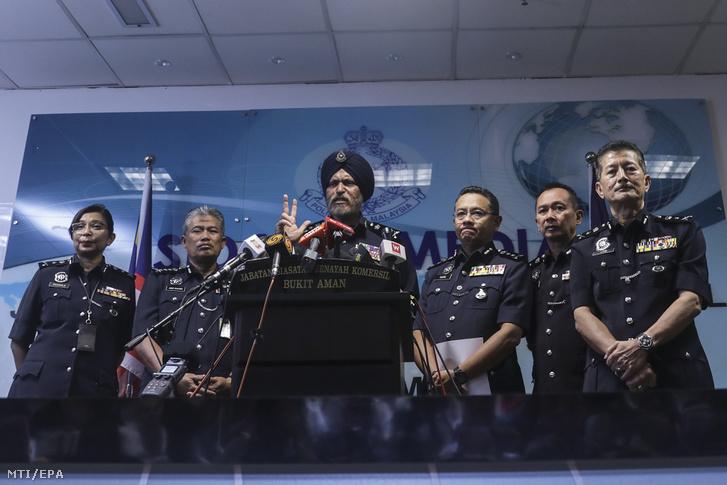 Amar Szingh, a helyi nyomozó iroda vezetője (k) sajtótájékoztatót tart Kuala Lumpurban 2018. május 25-én, ahol bejelentette, hogy több mint 28 millió dollár (mintegy 7,3 milliárd forint) értékű készpénzt foglalt le a malajziai rendőrség három Kuala Lumpur-i lakásban, amelyek közül kettőben a korrupcióval vádolt Najib Razak volt miniszterelnök gyerekei laknak.