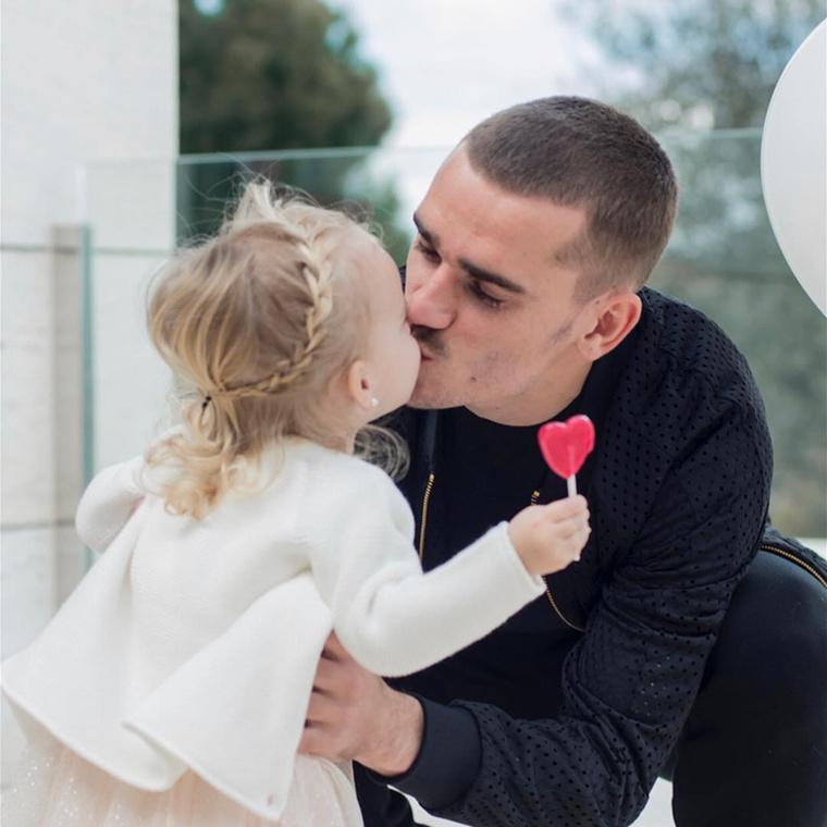 Vagy így, amikor épp kislányát, Miát puszilgatja.