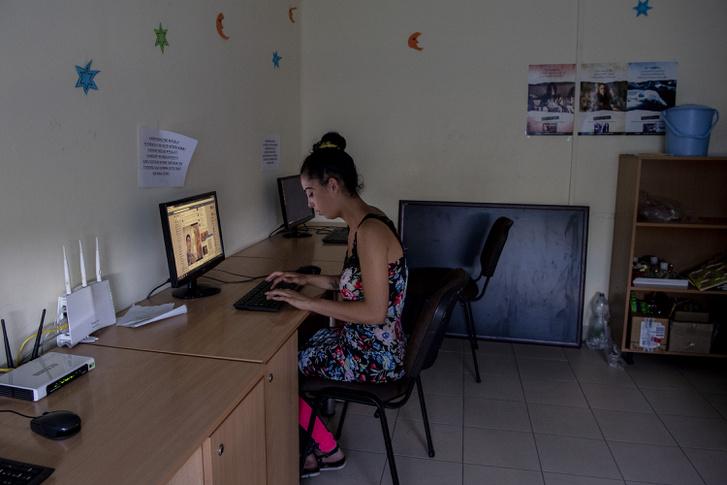 Fiatal lány Facebookozik a Csillagházban.