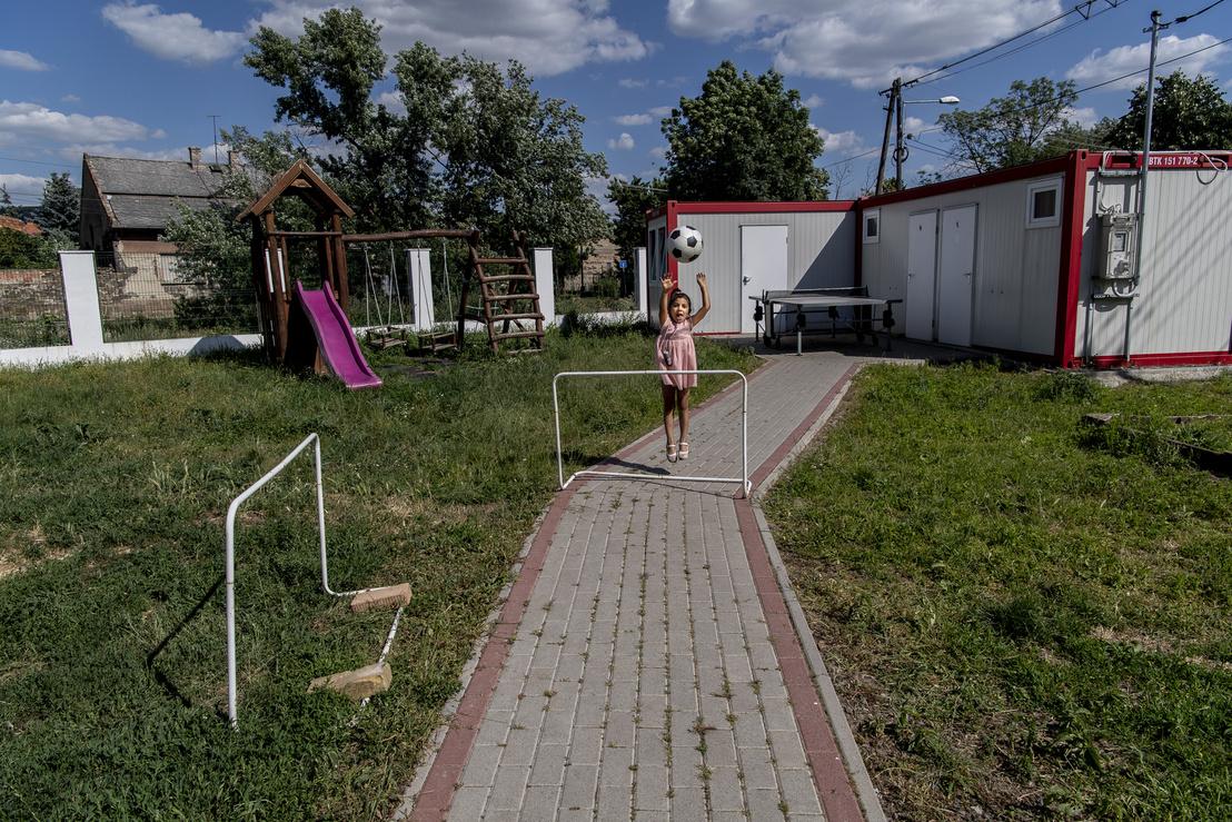 Kislány játszik a Máltai ház udvarán.
