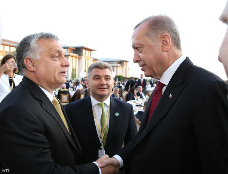 Recep Tayyip Erdogan újraválasztott török elnök fogadja Orbán Viktor miniszterelnök gratulációját Ankarában a beiktatása alkalmából tartott ünnepségen