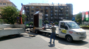 Bontják a kiszáradt mohafalat a Kolosy téren
