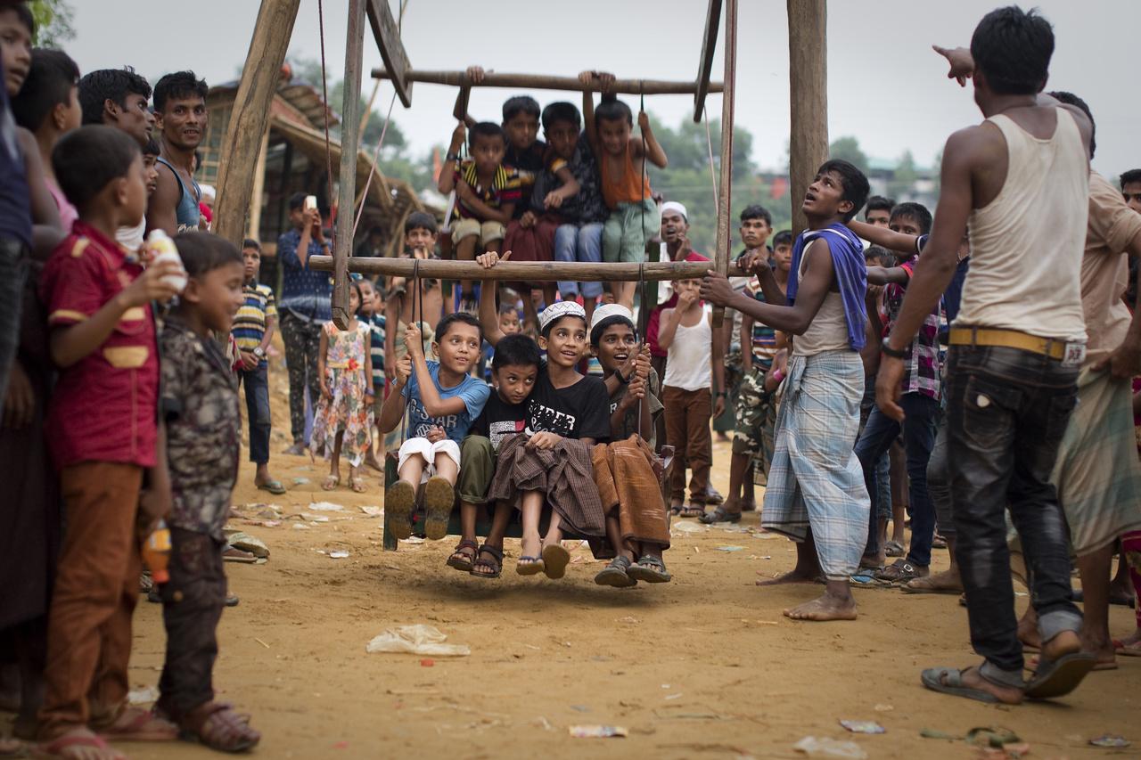 Házilag barkácsolt hintán játszanak a rohingja gyerekek egy muszlim ünnepnapon, június 17-én.