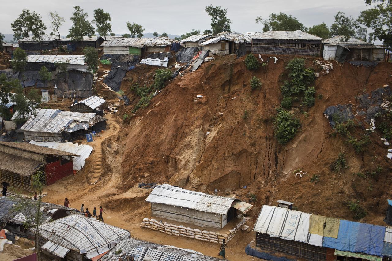 A területet monszun fenyegeti, amely bármikor elsodorhatja a hatalmas sátortábort. A nedves időjárás és a körülmények segítik a betegségek, így például a kolerajárvány terjedését, amely százezrek életét olthatja ki néhány nap leforgása alatt,
