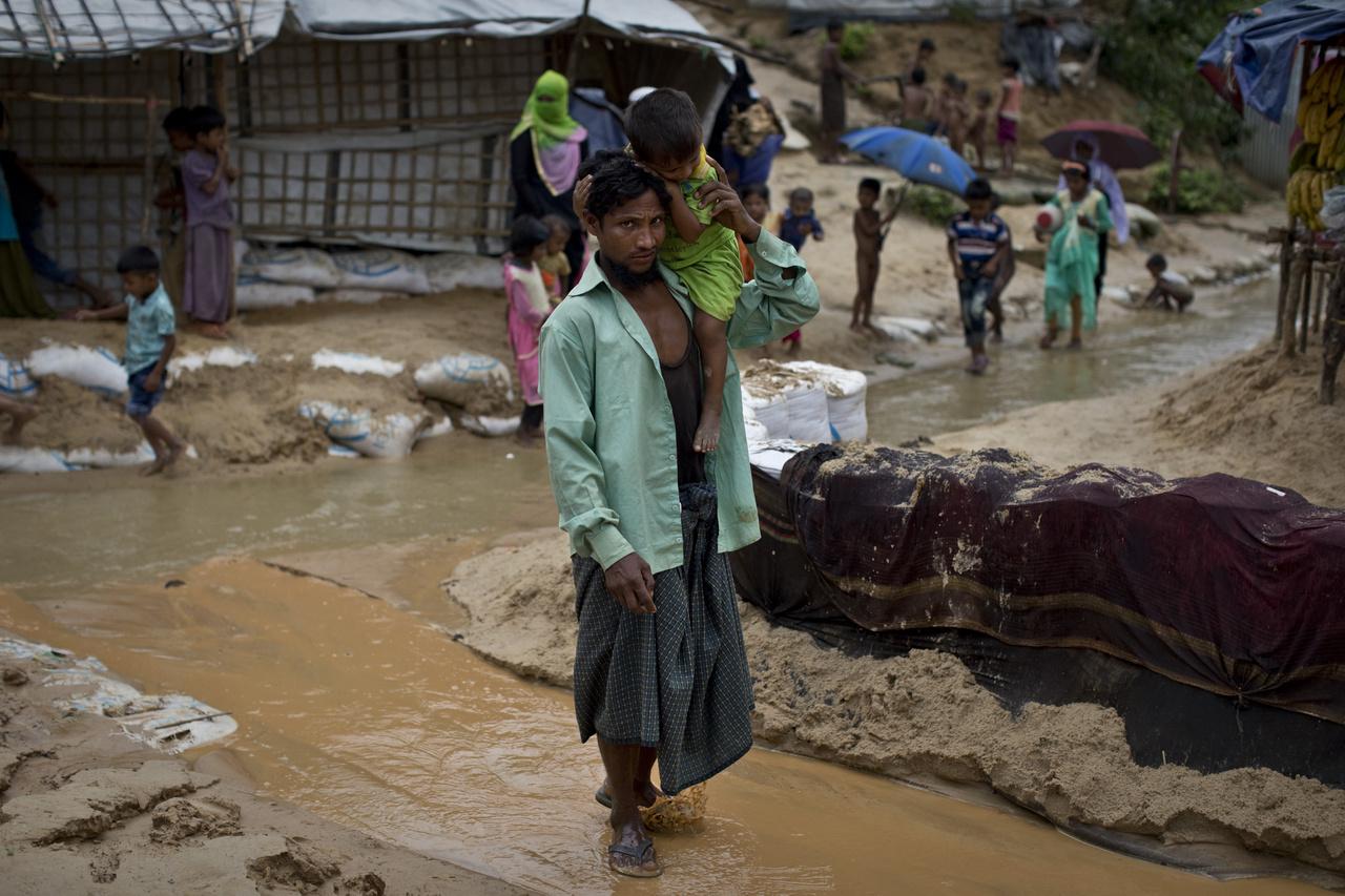 A rohingyák megpróbáltatásai azonban nem értek véget. A  Bangladesbe menekült felnőttek és gyerekek  nagy részét Cox Bazaarban helyezték el, ami jelenleg a világ legnagyobb menekülttábora, mérete Washington DC-éhez hasonlítható.    A menekültek a túlzsúfolt tábor területét csak különleges engedéllyel hagyhatják el. A helyi hatóságok és a nemzetközi szervezetek – köztük az UNICEF – elkeseredett küzdelmet folytatnak azért, hogy biztosítsák az alapvető életfeltételeket az itt élő gyermekek és családtagjaik számára.