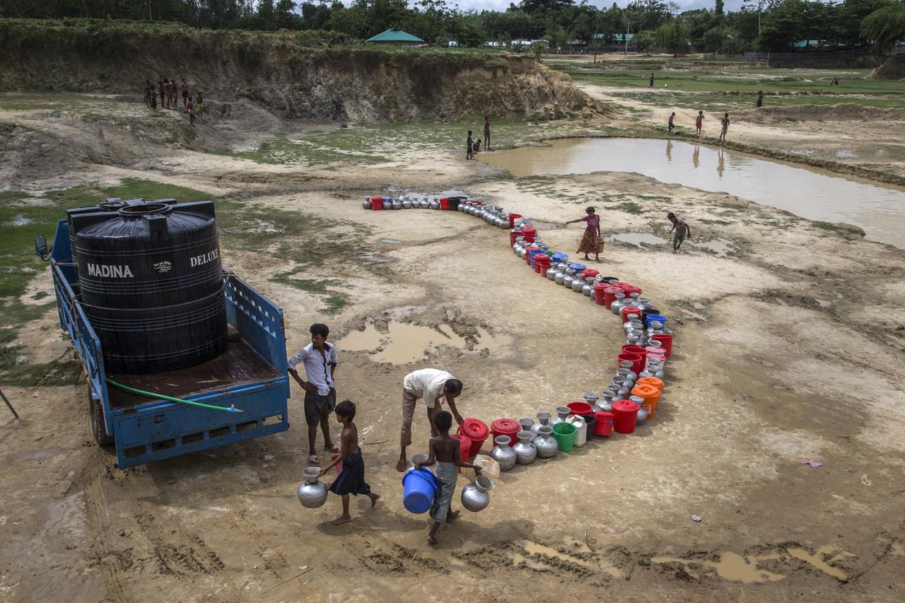 Vízgyűjtö pont a menekülttábor melletti faluban. Mivel a táborban nincs kiépített infrastruktúra 800 ezer ember ellátására.