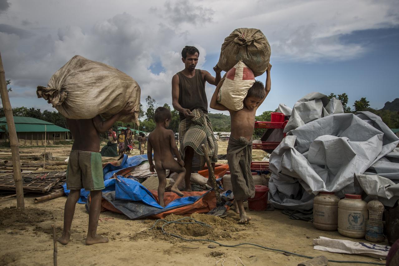 Költözködő rohingja család a monszun érkezése előtt.